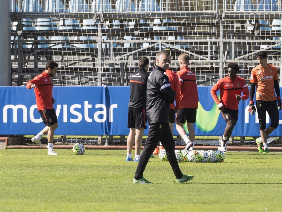 Lluís Carreras y los jugadores, en un momento del entrenamiento.