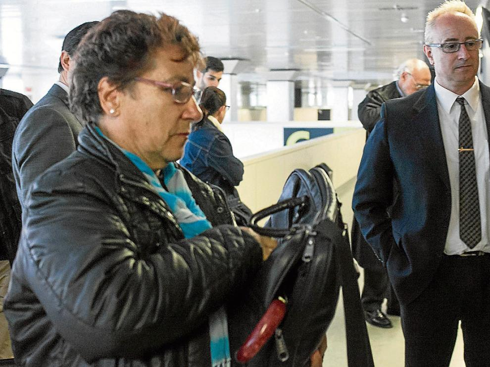 La alcaldesa Teresa Solanas Rubio y el acusado Miguel Sala Gómez, ayer, en los juzgados.