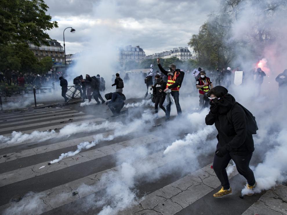 Varios manifestantes se enfrentan a la policía al término de una protesta en París.