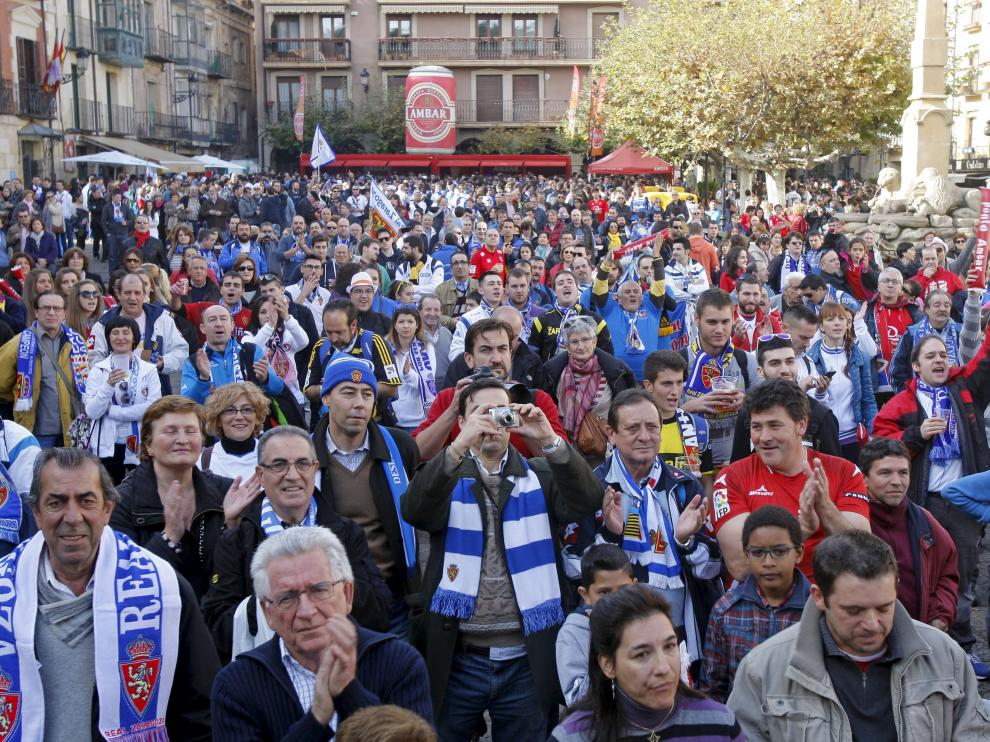 Aficionados del Real Zaragoza, junto a los numantinos, en una abarrotada Plaza Mayor de Soria antes del partido de la pasada temporada en Los Pajaritos.