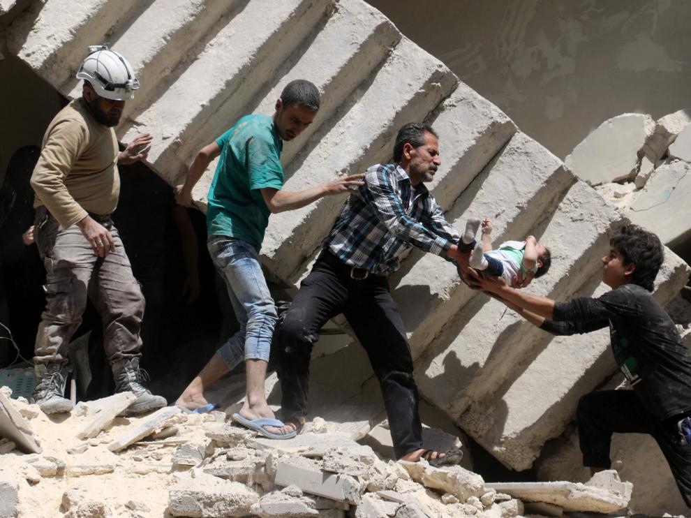 Cuatro hombres rescatan a un bebé tras uno de los ataques.