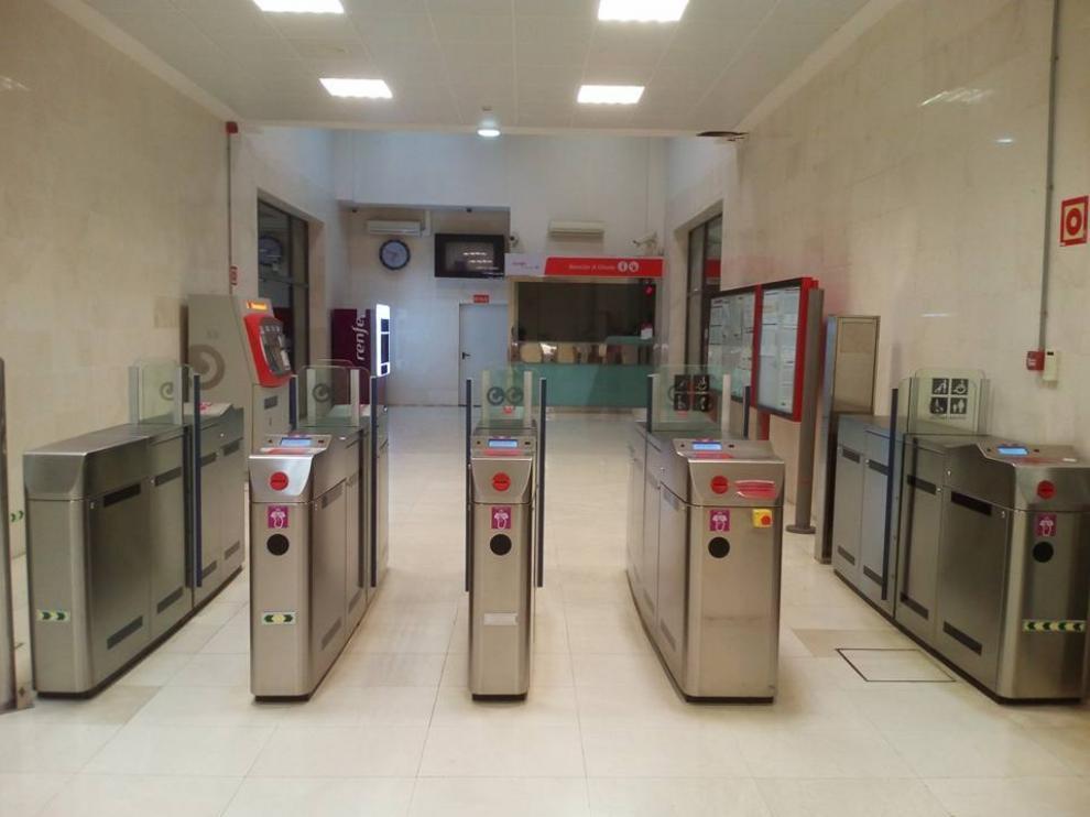 Tornos abiertos en la estación de cercanías de Utebo