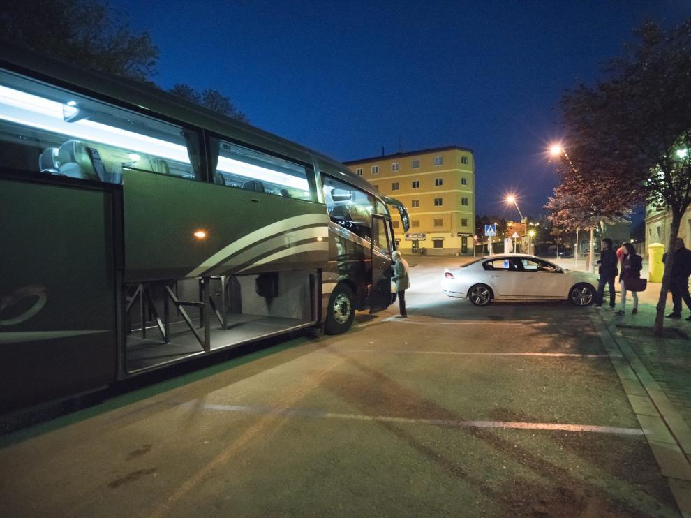 Los viajeros del tren subieron a un autobús –en la foto– que les llevó de Teruel a Zaragoza.