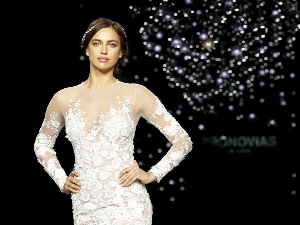 Irina Shayk deslumbra en el desfile de Pronovias.