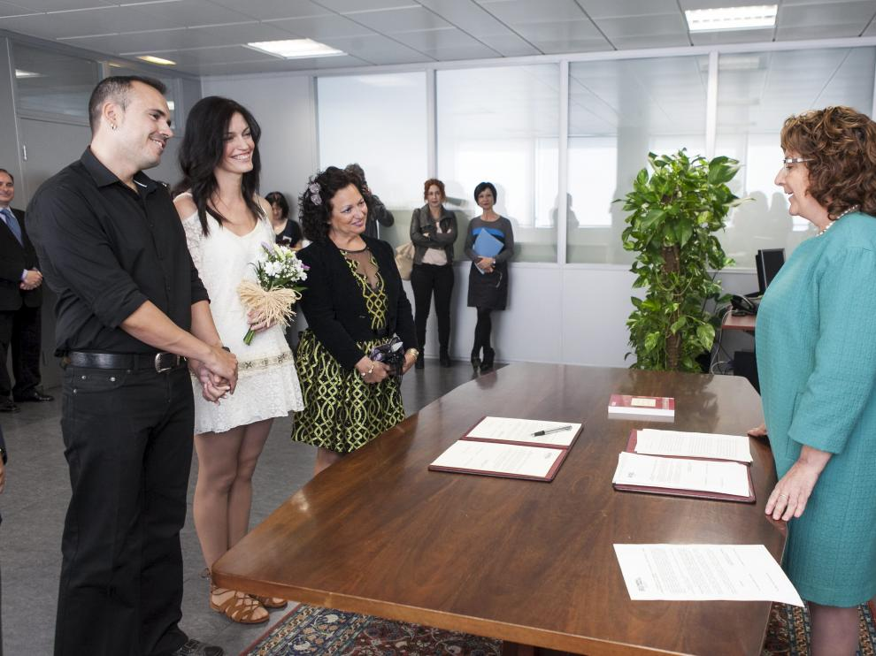 David y Beatriz (izda), ayer en el acto de ratificación con la consejera Victoria Broto.