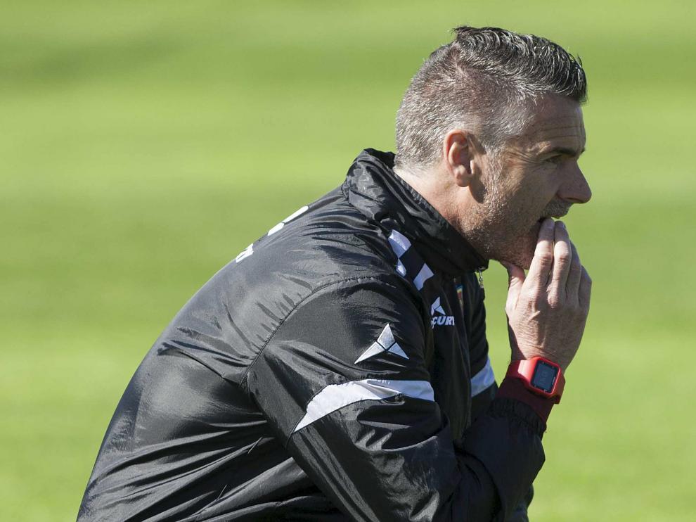 Lluís Carreras, pensativo, observa el entrenamiento de este viernes en la Ciudad Deportiva del Real Zaragoza.