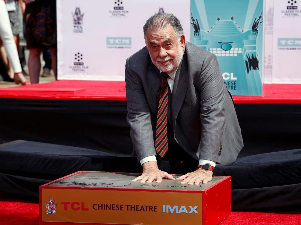 Francis Ford Coppola imprime sus huellas en el Teatro Chino de Hollywood.