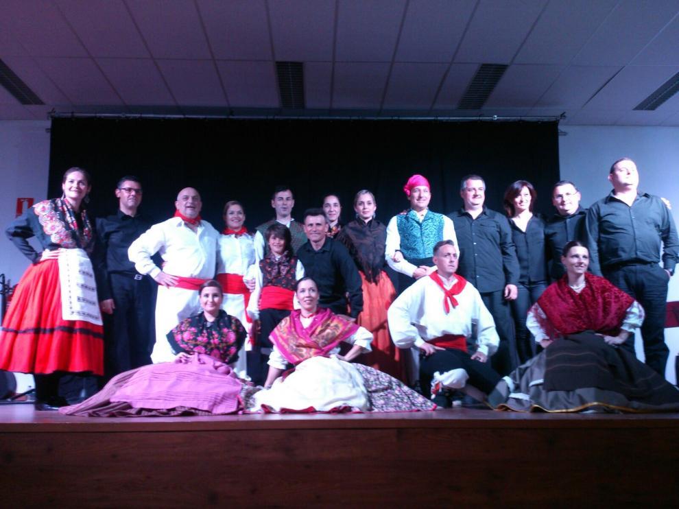 Foto de familia del grupo de jotas de la asociación cultural El Puyalón en Capdesaso.