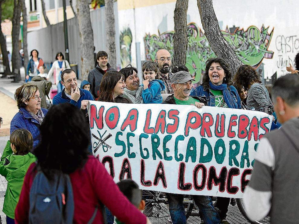 Hace justo un año. La imagen corresponde a una protesta contra las pruebas que recoge la Lomce que se realizó ante el colegio Sáinz de Varanda de Zaragoza coincidiendo con los exámanes en tercero de primaria.
