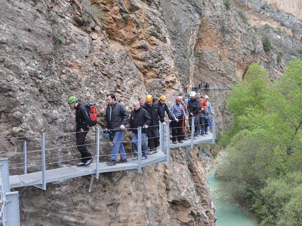 Los invitados recorren el nuevo tramo de pasarelas, que se abrirá al público el jueves.