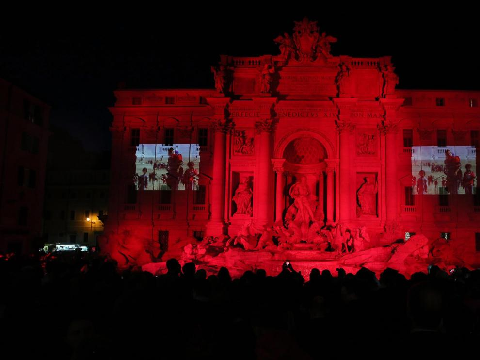 La famosa Fontana de Trevi, de rojo este viernes.