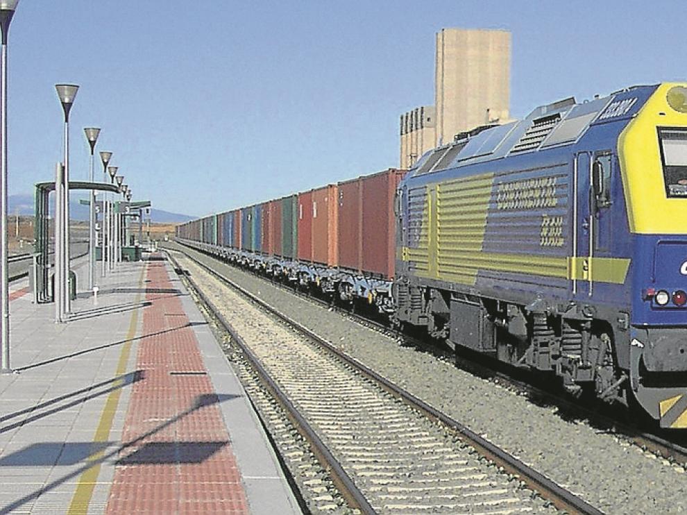 Un tren de contenedores a su paso por Cariñena, una de las tres estaciones aragonesas en las que se ampliarán las vías de apartado.