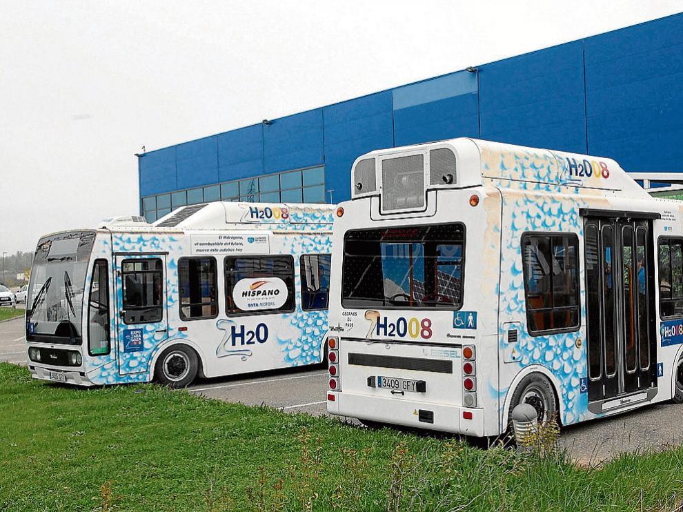 Los dos vehículos están en el parquin de la Fundación del Hidrógeno de Huesca.
