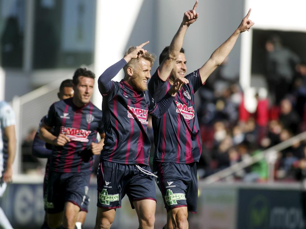 Los jugadores del Huesca celebran uno de los goles del partido.