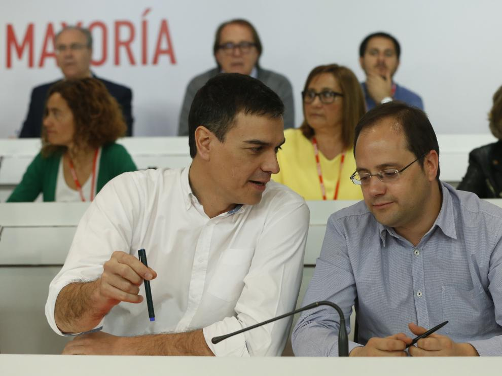 Pedro Sánchez y César Luena en el Comité Federal del PSOE.