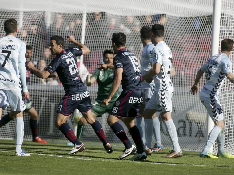 Íñigo López anotó dos goles casi idénticos a la salida de un sendos córners, que sentenciaron el partido frente al Llagostera.