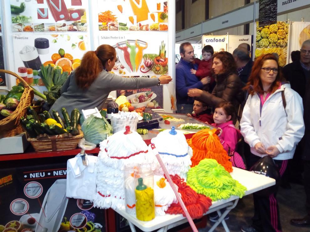 Visitantes en la Feria Agrícola, Comercial y Ganadera de Valdejalón (Valga) en Épila.