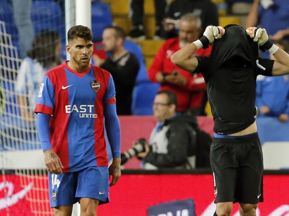Los jugadores del Levante se lamentan tras encajar uno de los goles