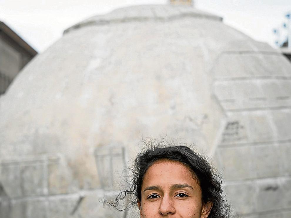 Berta Zúñiga, en el globo terráqueo de la plaza del Pilar.