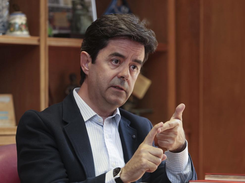 El alcalde de Huesca, Luis Felipe (PSOE), durante un momento de la entrevista en su despacho.