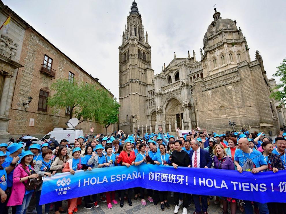 La expedición china posa en la catedral del Toledo