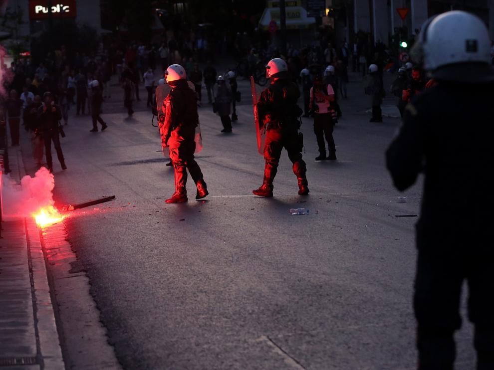 La policía dispersa a los manifestantes durante la protesta contra la reforma de las pensiones.