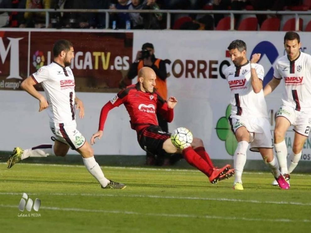 Una imagen del duelo entre el Mirandés y el Huesca