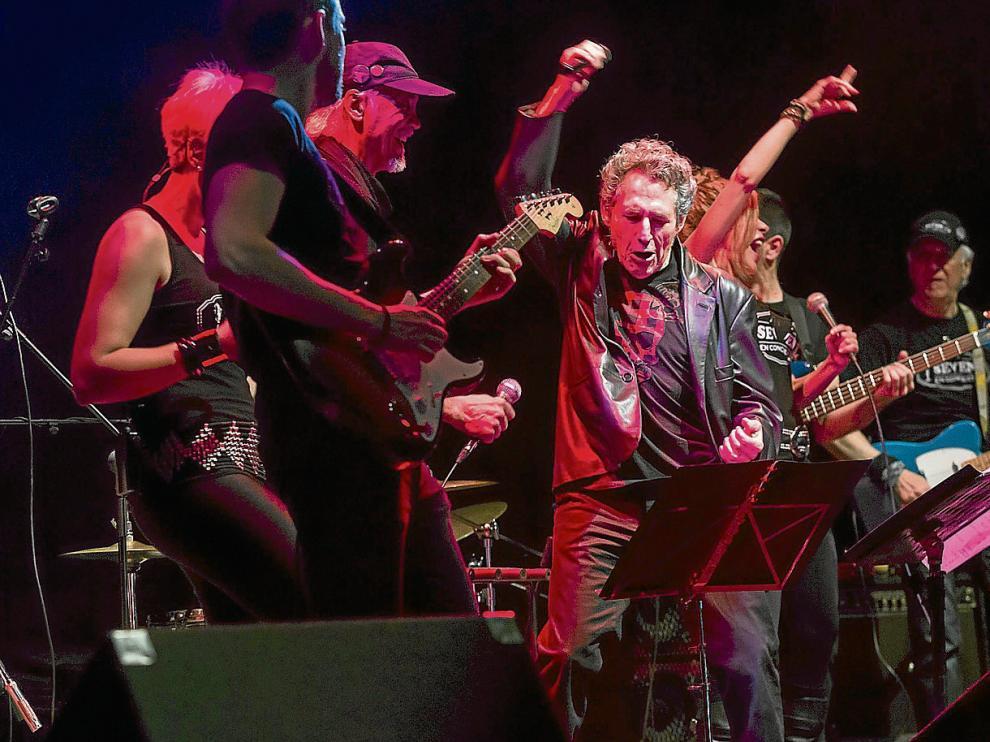 Miguel Ríos, en el centro, respaldado por el grupo Seven; el granadino interpretó ayer 'El rock de la cárcel' y 'Johnny B. Goode'.