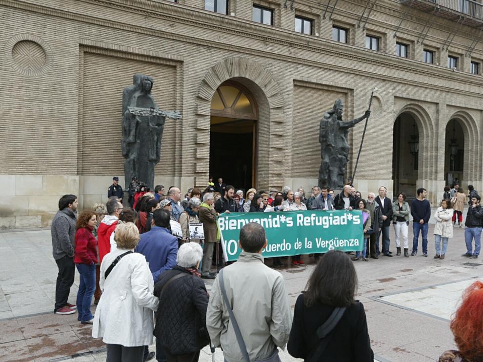 Concentración en la plaza del Pilar a favor de los refugiados en el Día de Europa.