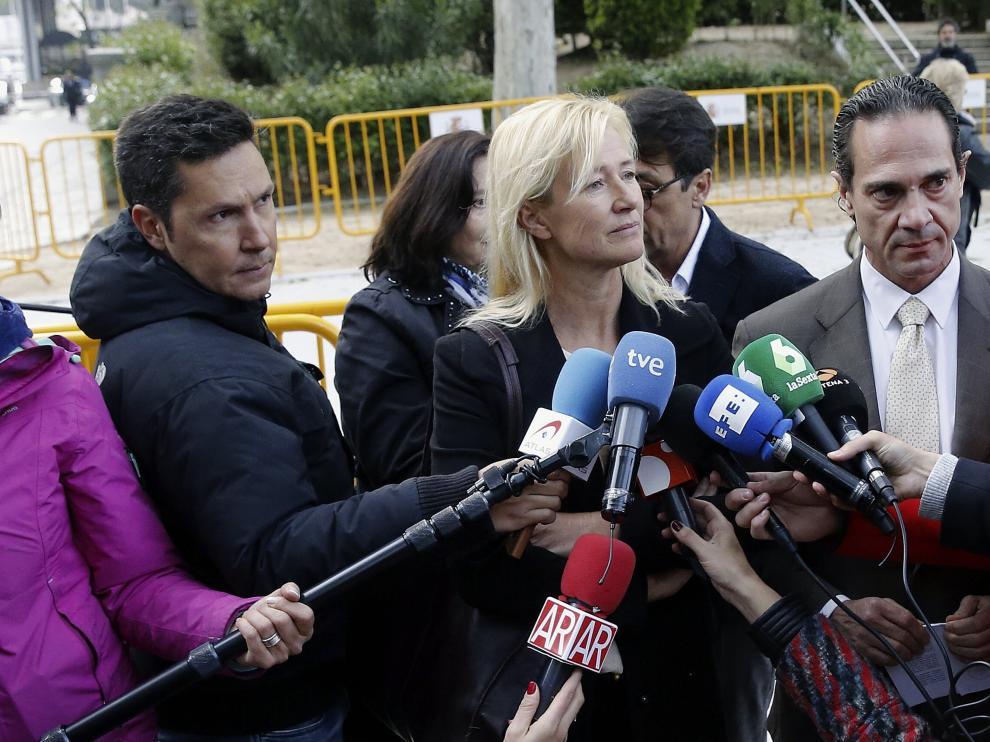 Ana Duato a las puertas de la Audiencia Nacional donde ha acudido a declarar como investigada por un delito de fraude fiscal.