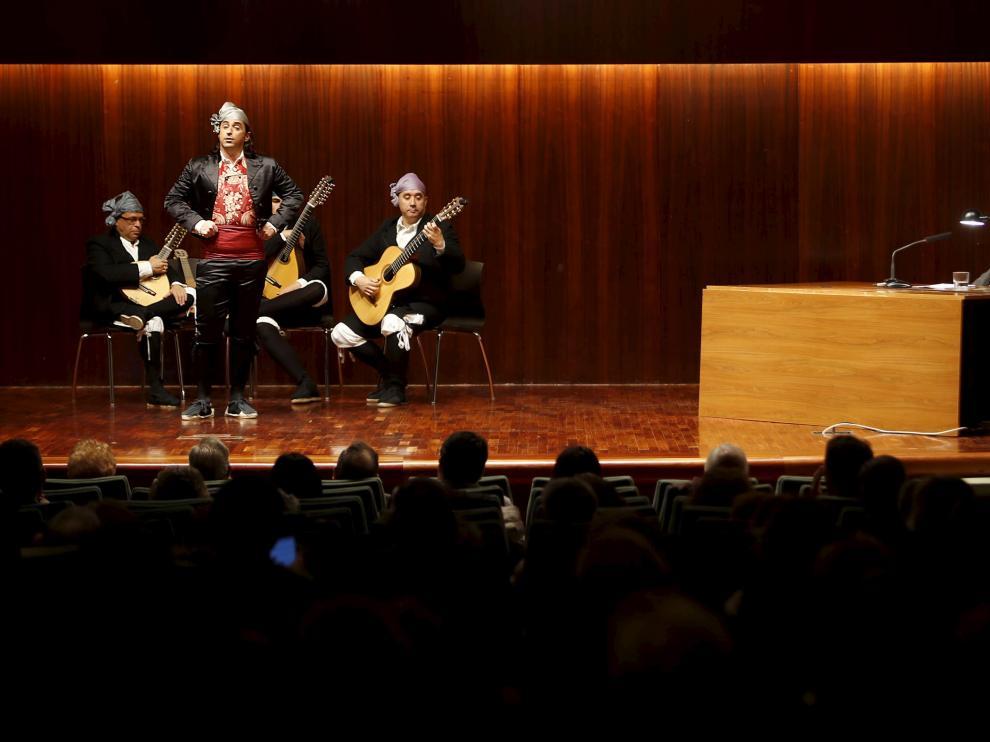 Nacho del Río canta en presencia de José Luis Melero.