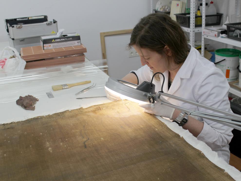 La restauradora Nerea Otermin dirige el taller.
