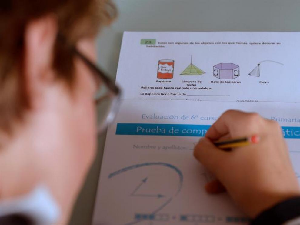 Un niño practica la prueba de evaluación final individualizada de 6º de Primaria