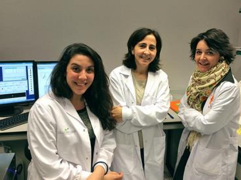 La investigadora Clara Bueno, a la derecha, junto a su equipo del Instituto de Investigación contra la Leucemia Josep Carreras.