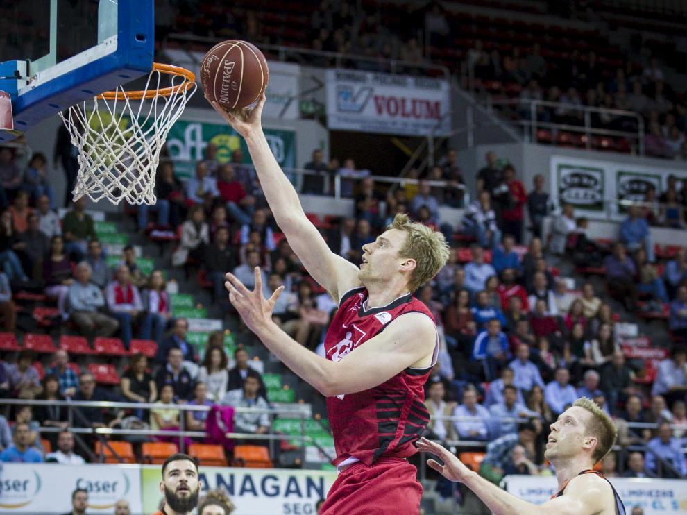 Henk Norel ataca el aro rival, el pasado miércoles, en el partido ante el Valencia Basket.