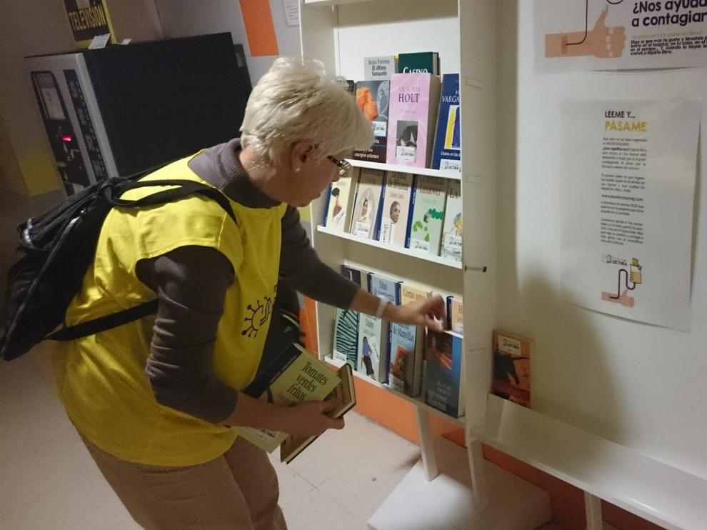 Una voluntaria coloca libros en una estantería del Provincial.