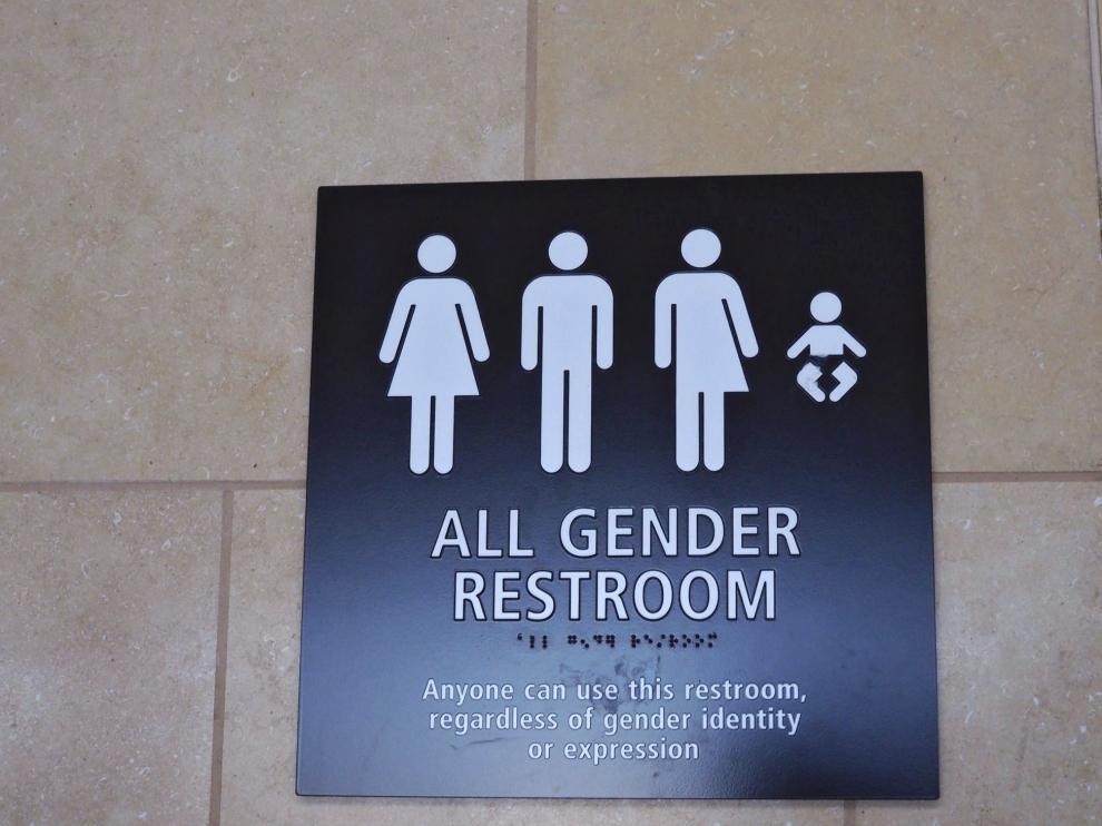 Cartel que indica que se trata de un baño para todos los géneros.