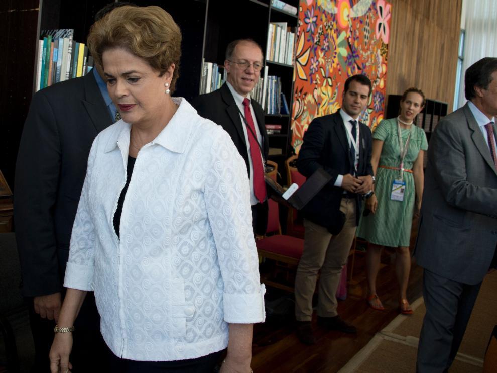 El Senado de Brasil suspende a Dilma Rousseff tras ganar la votación para apartarla de su cargo.