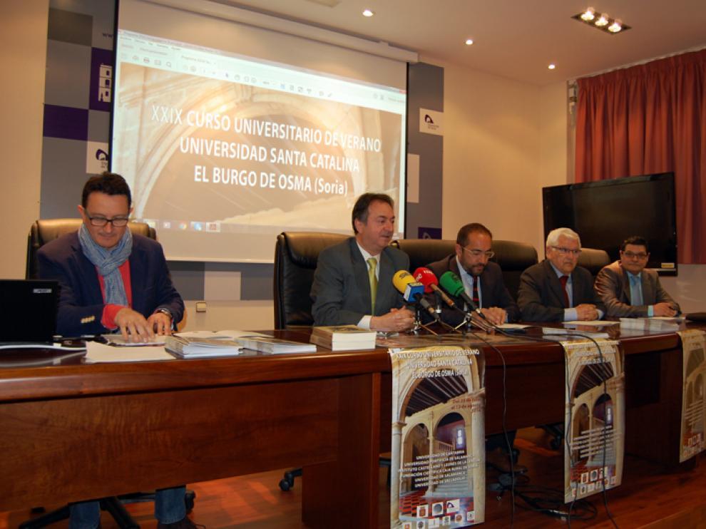 La presentación de los cursos ha contado con el alcalde de El Burgo, Jesús Alonso (2i), el presidente de la Diputación, Luis Rey (centro) y el director de los Cursos, Carmelo Gómez (i), entre otros.