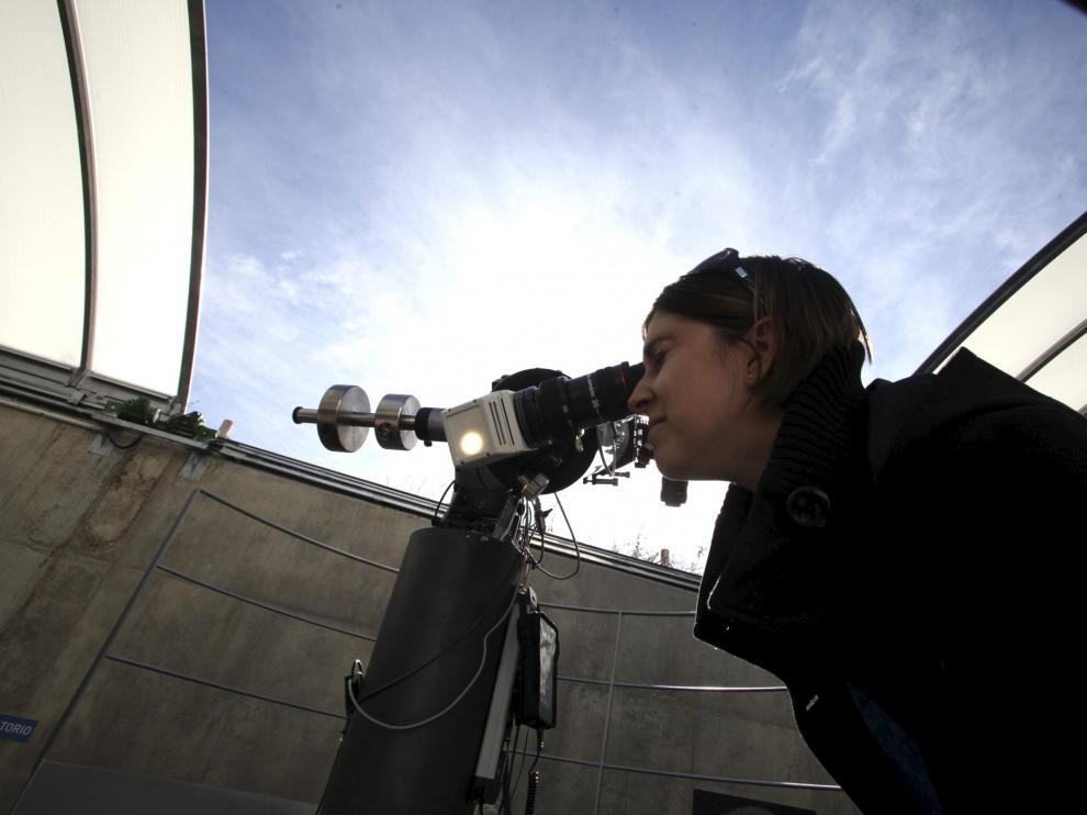 Observación solar con telescopio desde el Espacio 0.42 de Walqa.