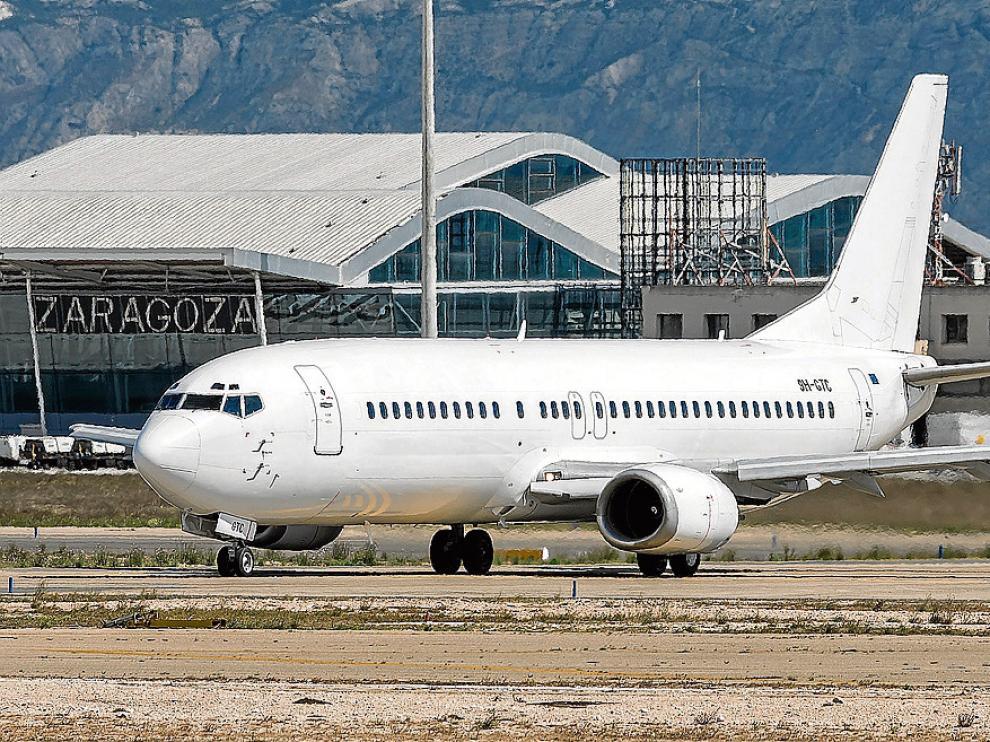 El nuevo avión de Air Horizont, antes de despegar ayer en el aeropuerto hacia Las Palmas.