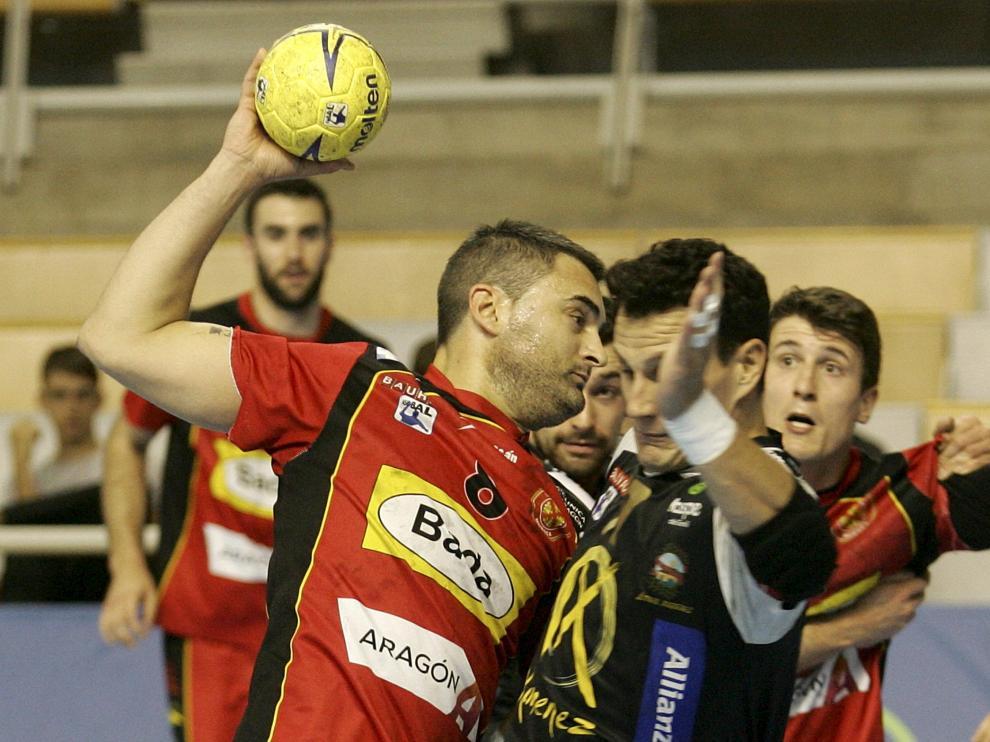 El jugador del Bada Huesca Abraham Rochel realiza una jugada.