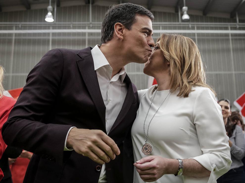 El secretario general del PSOE, Pedro Sánchez, saluda a la presidenta de Andalucía, Susana Díaz