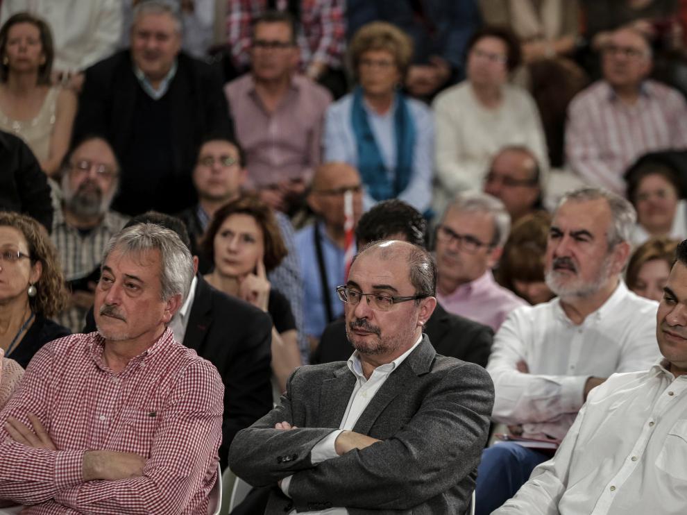 El presidente de Aragón, Javier Lambán (c), durante la presentación de Pedro Sánchez como candidato del partido a la Presidencia del Gobierno
