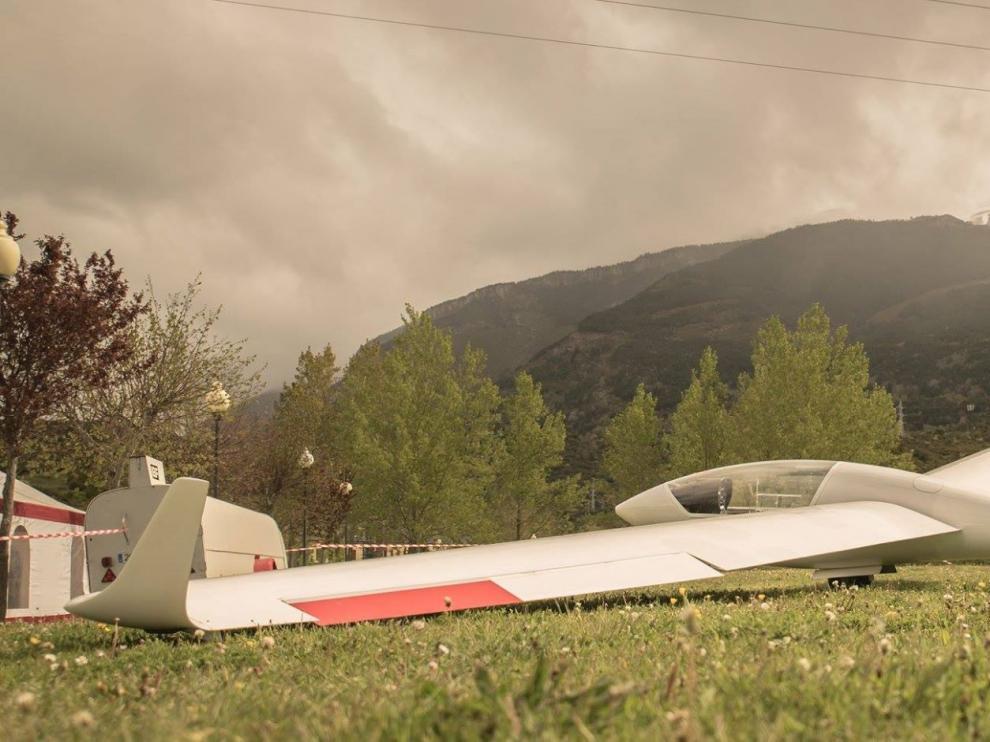 Avión de vuelo sin motor en la Fiesta del Outdoor del Pirineo en Villanúa
