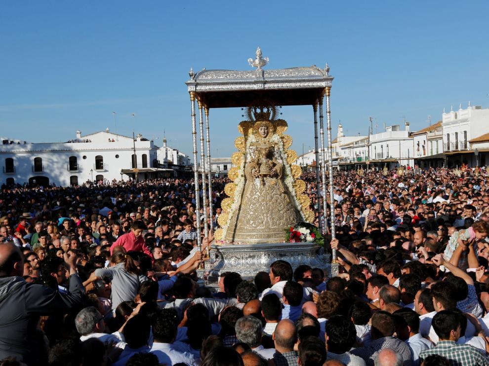La Virgen del Rocío recorrerá las calles de la aldea hasta aproximadamente el mediodía.