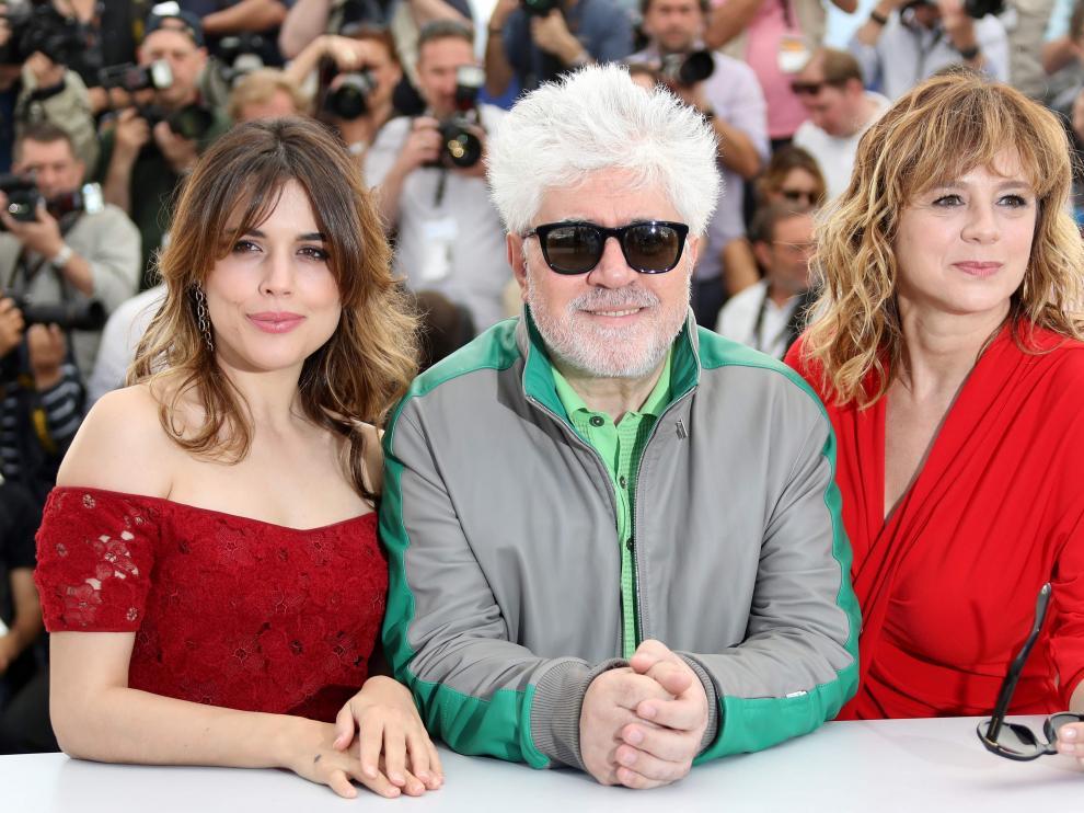 Adriana Ugarte, Enma Suárez y Pedro Almodóvar presentan 'Julieta' en el Festival de Cannes.