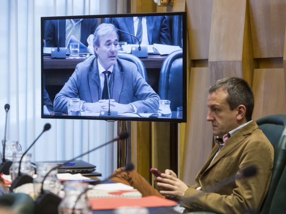 El concejal de Economía, Fernando Rivarés, escucha en una comisión al portavoz del PP, Jorge Azcón.