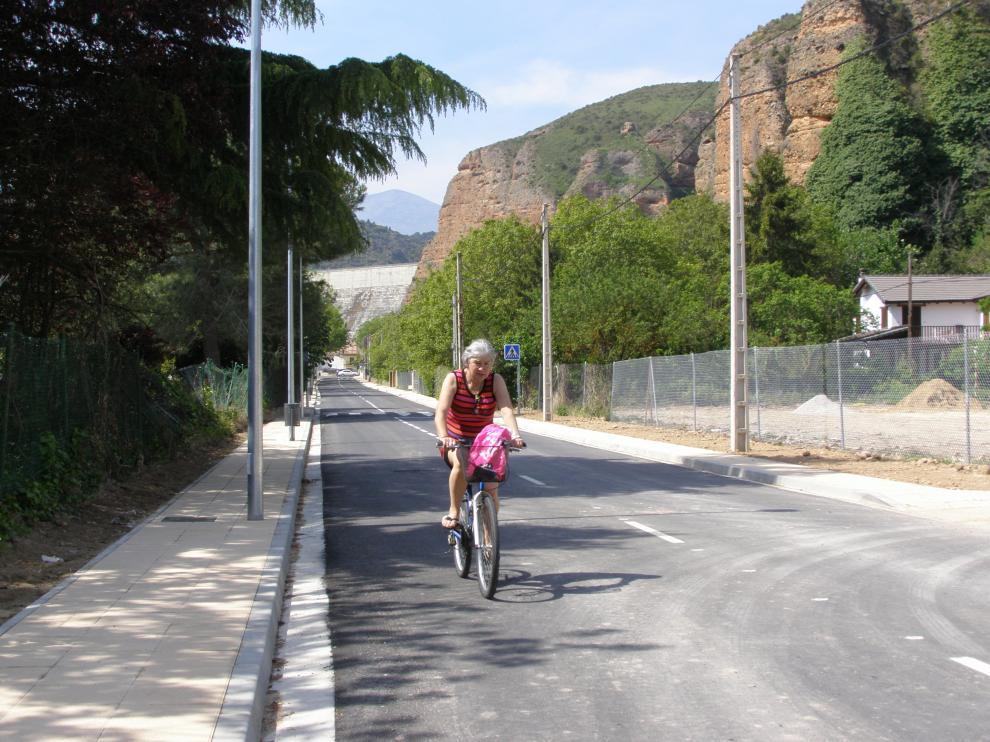 Una vecina recorre en bici la renovada travesía.