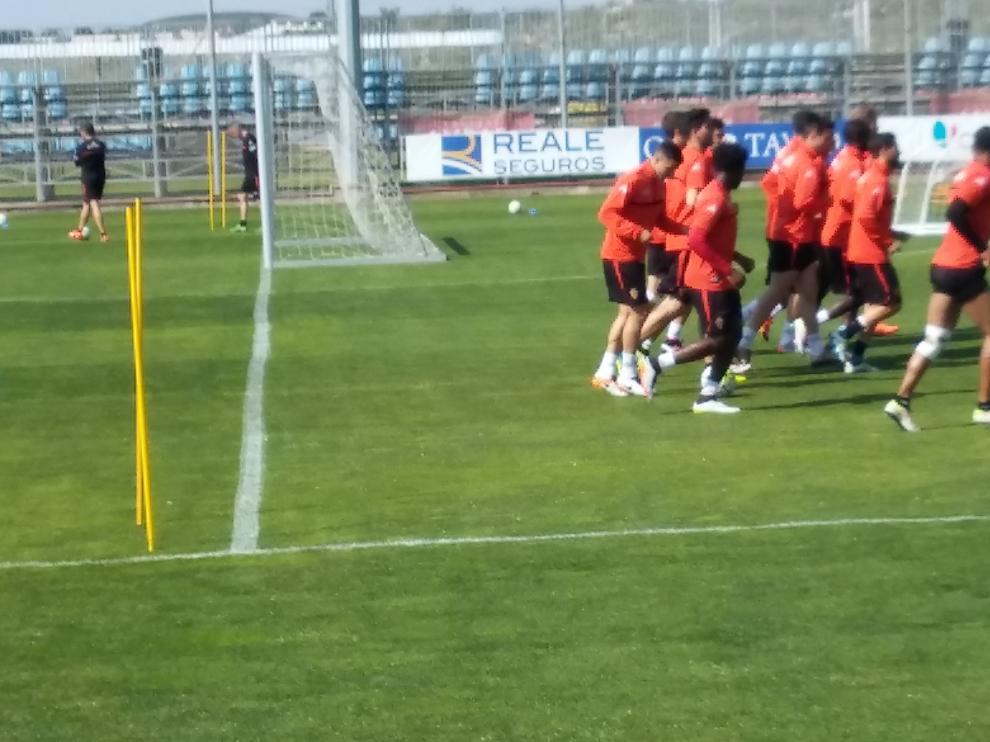 Freddy Hinestroza se entrena con una llamativa protección en la rodilla izquierda